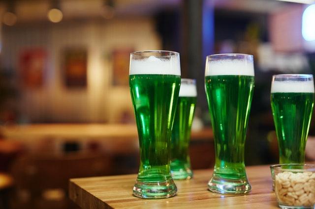 セントパトリックデー 緑色のラガービール