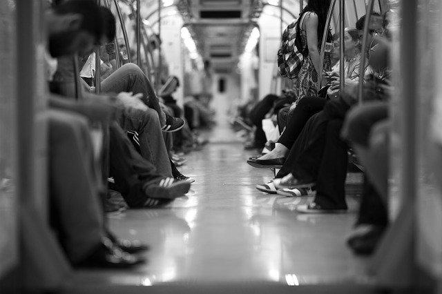 地下鉄に乗る時も注意を怠らない